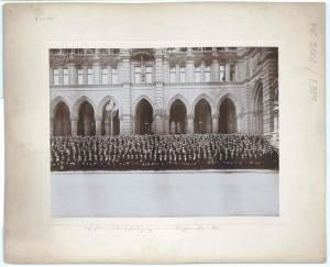 Gruppenbild in zwei Teilen der auf der Arkadentreppe an der linken Voderseite des Neuen Rathauses versammelten Bürgermeister. Foto R. Lechner, Wien. Rechte Hälfte.